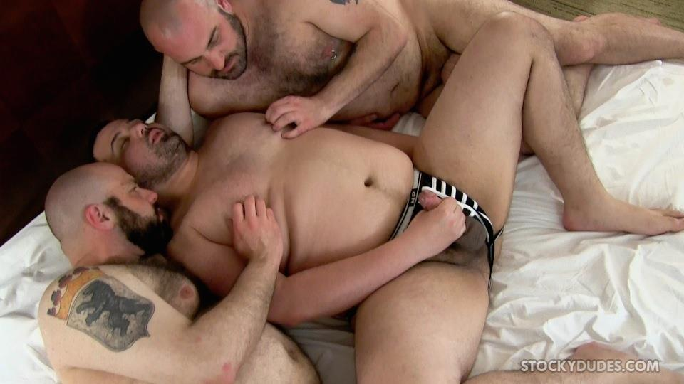 Stocky-Dude-Skotts-Sex-Tape-Threeway-Chubby-Guys-Bareback-Sex-Amateur-Gay-Porn-14 Amateur Chubby Bear Bareback Threesome With 2 Daddies and 1 Cub